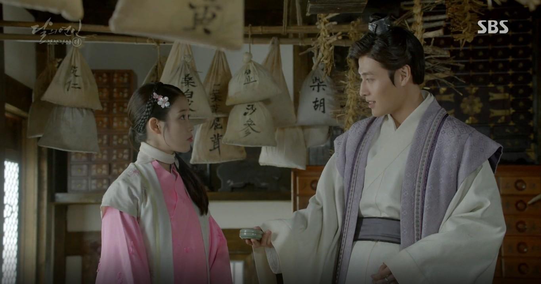 Moon Lovers: Đánh nhau chán chê, hoàng tử Baekhyun lại đột nhiên phải lòng IU - Ảnh 9.
