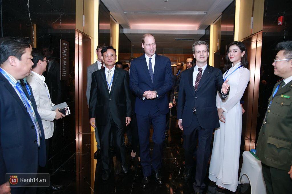 Huyền My diện áo dài trắng, rạng ngời đón tiếp Hoàng tử nước Anh - Ảnh 2.