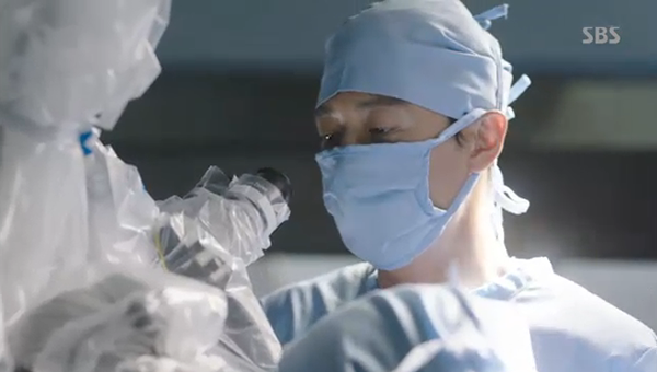 """""""Doctors"""": Park Shin Hye bị kẻ lạ tấn công bất thình lình tại bệnh viện - Ảnh 23."""