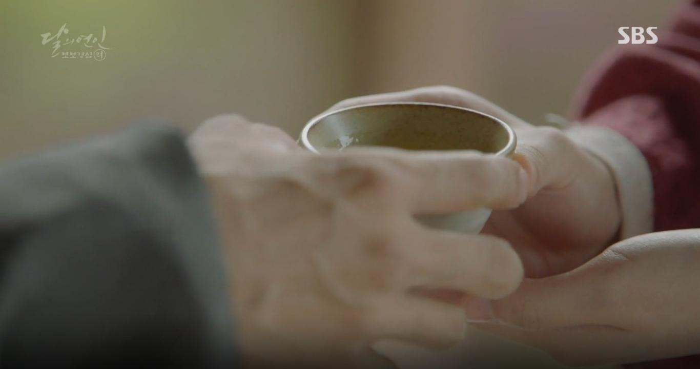 Moon Lovers: Anh Tư Lee Jun Ki xấu số, uống phải trà hạ độc từ chính mẹ mình - Ảnh 24.