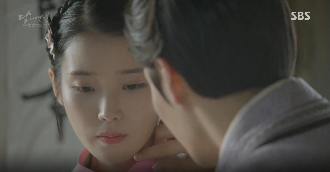 Moon Lovers: Đánh nhau chán chê, hoàng tử Baekhyun lại đột nhiên phải lòng IU - Ảnh 11.