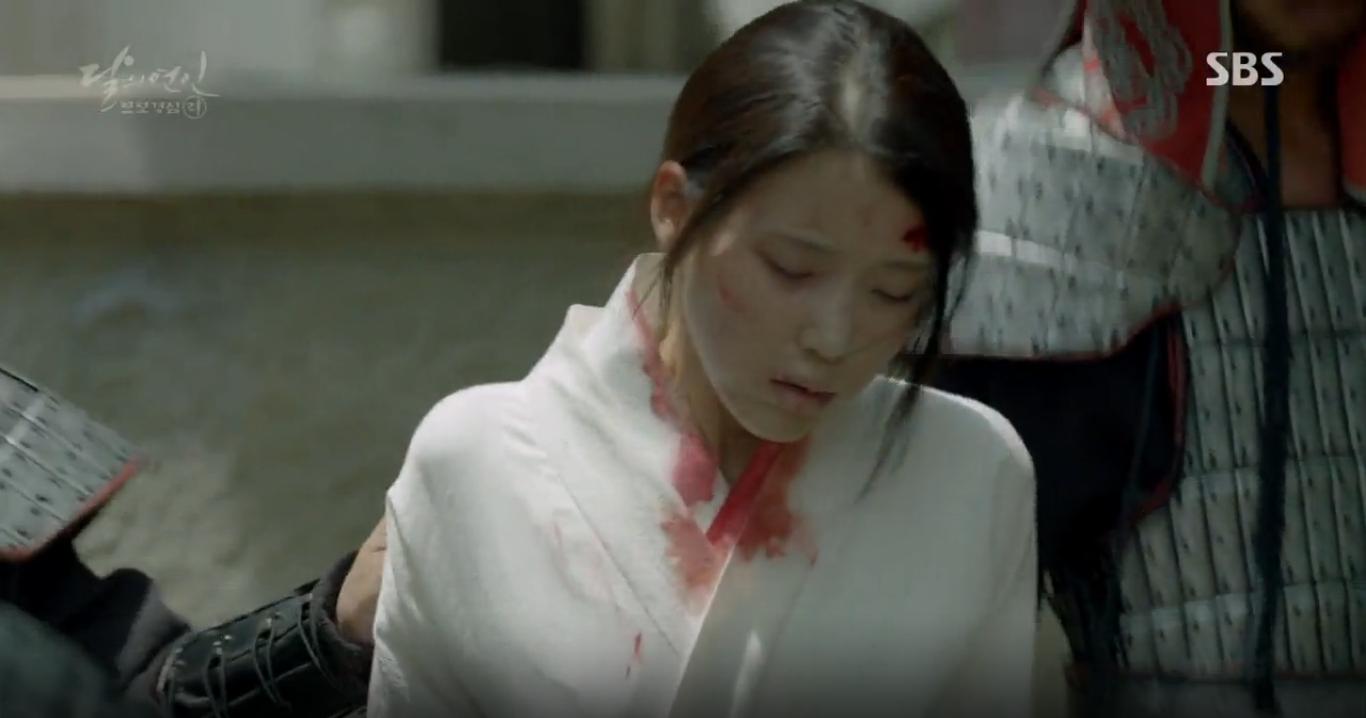 """Moon Lovers: """"Anh Tư"""" Lee Jun Ki tái hiện lại cảnh che mưa kinh điển trong Bộ Bộ Kinh Tâm! - Ảnh 18."""