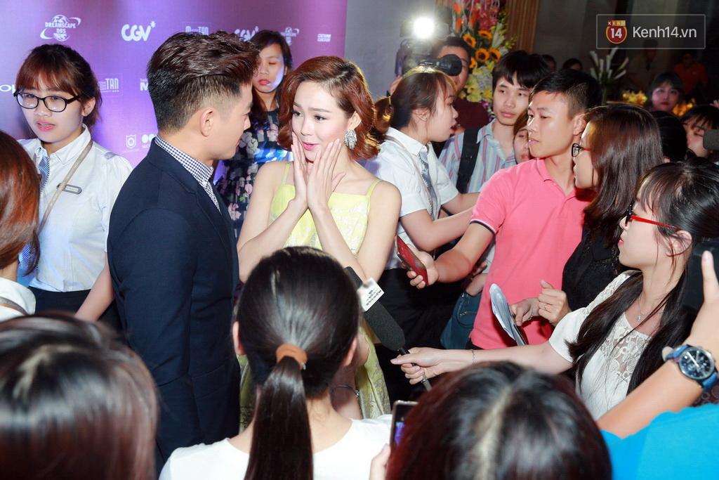 Fan Hà Nội vây quanh đôi tình nhân Minh Hằng - Quý Bình tại họp báo - Ảnh 1.