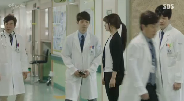 """""""Doctors"""": Ji Soo siêu ngầu, cướp Park Shin Hye từ tay Kim Rae Won - Ảnh 26."""