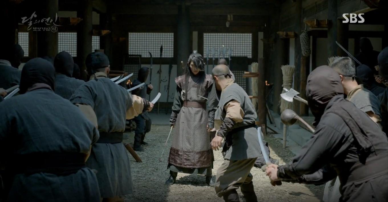 Moon Lovers: Đánh nhau chán chê, hoàng tử Baekhyun lại đột nhiên phải lòng IU - Ảnh 30.