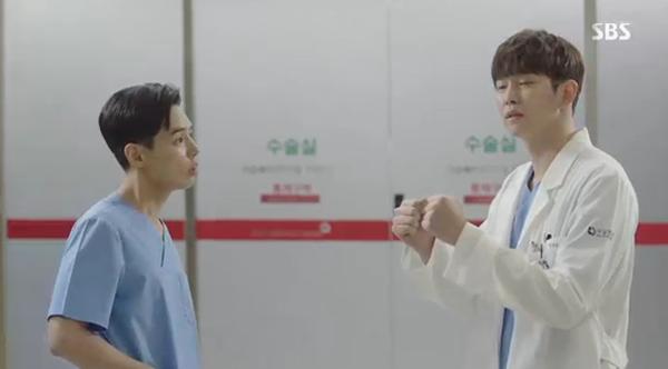 """""""Doctors"""": Park Shin Hye bị kẻ lạ tấn công bất thình lình tại bệnh viện - Ảnh 27."""
