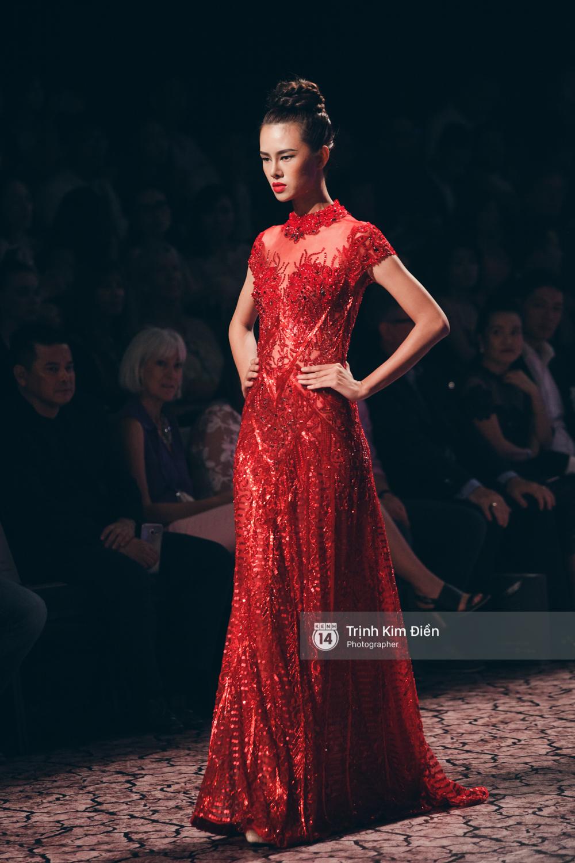 Kỳ Duyên, Phạm Hương đọ trình catwalk trong show thời trang cùng loạt mẫu đình đám - Ảnh 17.