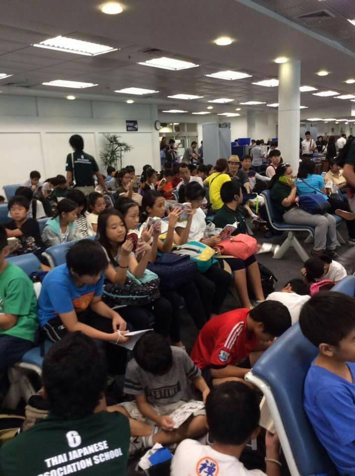 Thay vì cắm mặt vào smartphone, trẻ em Nhật lại chăm chú đọc sách khi đợi chờ ở sân bay - Ảnh 1.