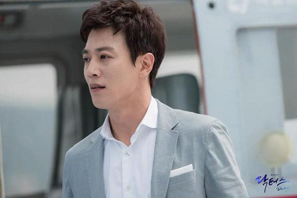 Sau Song Joong Ki, lại thêm Kim Rae Won cưa cẩm bằng trực thăng - Ảnh 3.