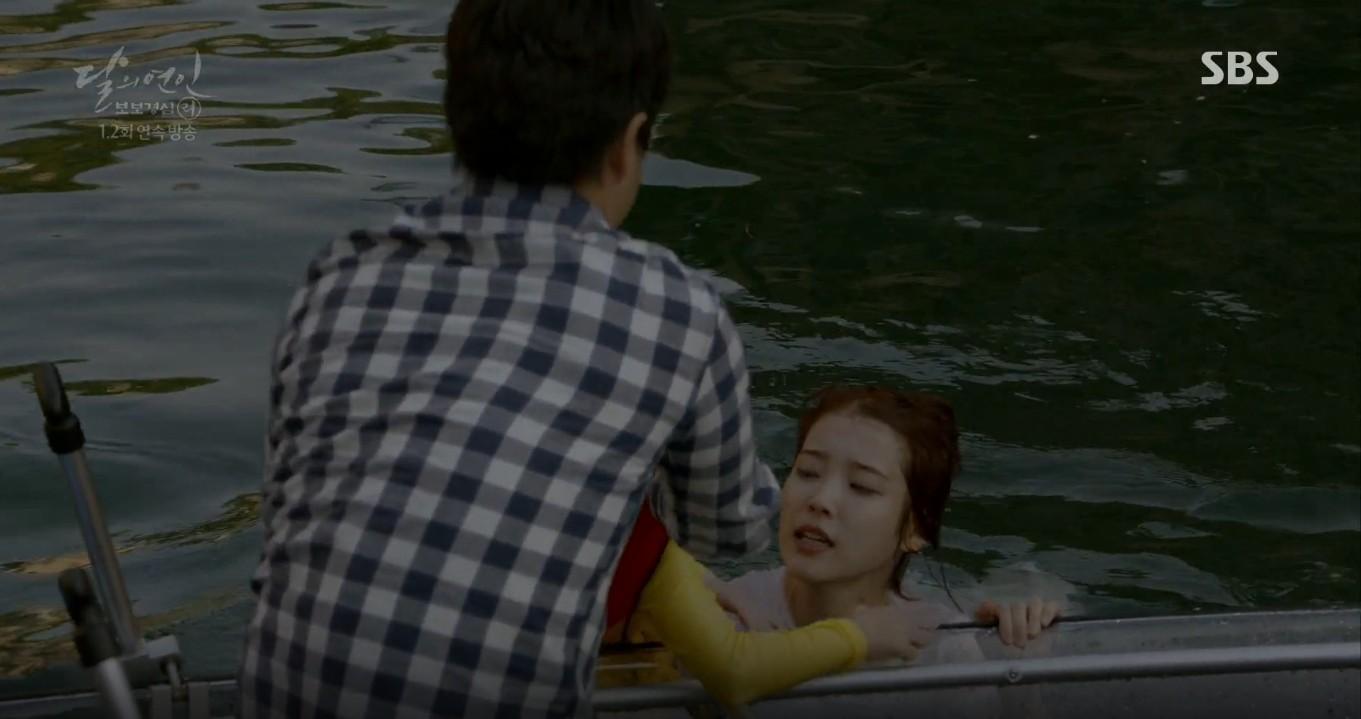 Moon Lovers: Lần đầu gặp gỡ, hoàng tử Lee Jun Ki làm anh hùng cứu mỹ nhân IU - Ảnh 3.