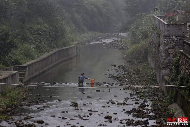 Khung cảnh hoang tàn ở ngôi làng ung thư nổi tiếng Trung Quốc khiến nhiều người không khỏi rùng mình - Ảnh 1.