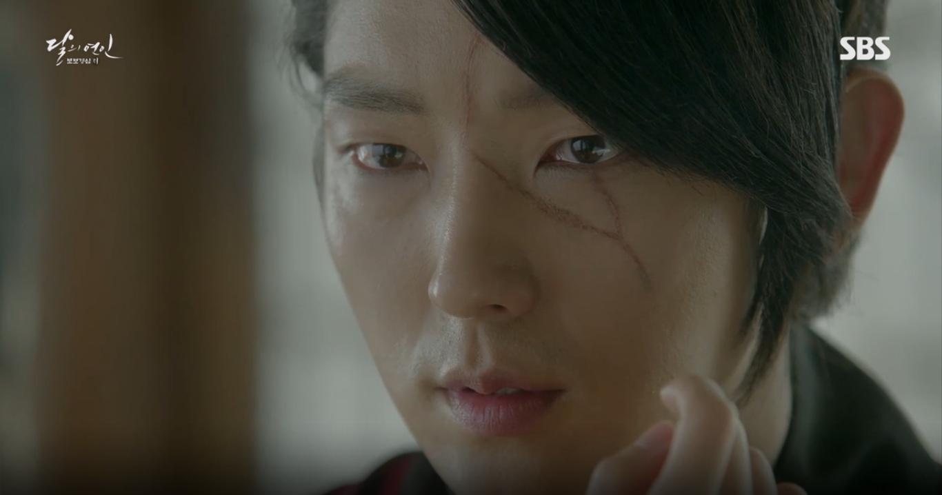 Moon Lovers: IU trổ tài trang điểm che sẹo giúp Tứ hoàng tử Lee Jun Ki - Ảnh 1.