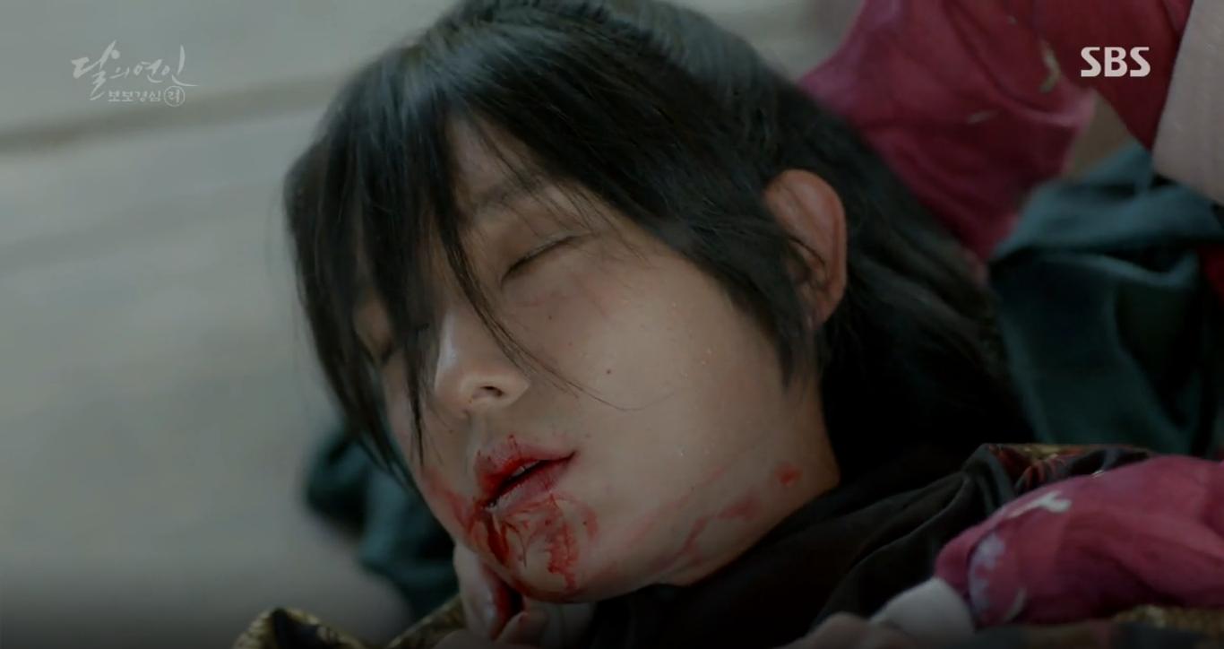 """Moon Lovers: """"Anh Tư"""" Lee Jun Ki tái hiện lại cảnh che mưa kinh điển trong Bộ Bộ Kinh Tâm! - Ảnh 3."""