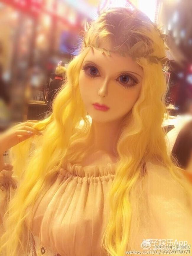 Sau anh chàng mặt rắn, đến lượt cô búp bê Barbie mang trong mình 1/4 dòng máu Nga khuấy đảo mạng xã hội - Ảnh 1.