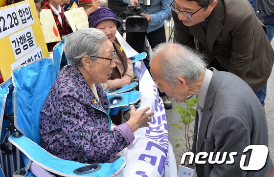 Giáo sư người Nhật quỳ gối xin lỗi những người phụ nữ Hàn Quốc từng là nô lệ tình dục trong chiến tranh - Ảnh 3.