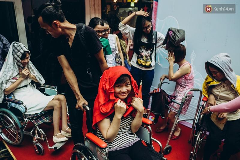 Chùm ảnh xúc động về nét đẹp của những người phụ nữ khuyết tật trên sàn diễn thời trang ở Sài Gòn - Ảnh 3.