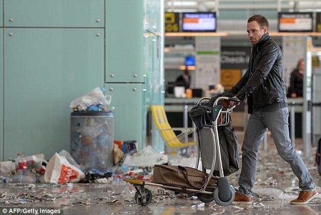 Không thể tin được bãi rác này lại chính là sân bay ở Tây Ban Nha - Ảnh 5.