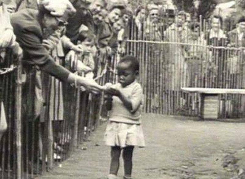 Bức ảnh bé gái châu Phi đứng trong chuồng: Câu chuyện đau lòng về những vườn thú người tại châu Âu - Ảnh 1.