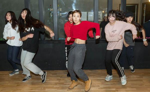 Những bức ảnh bên trong 1 lò đào tạo thần tượng tuổi teen ở Hàn Quốc - Ảnh 2.