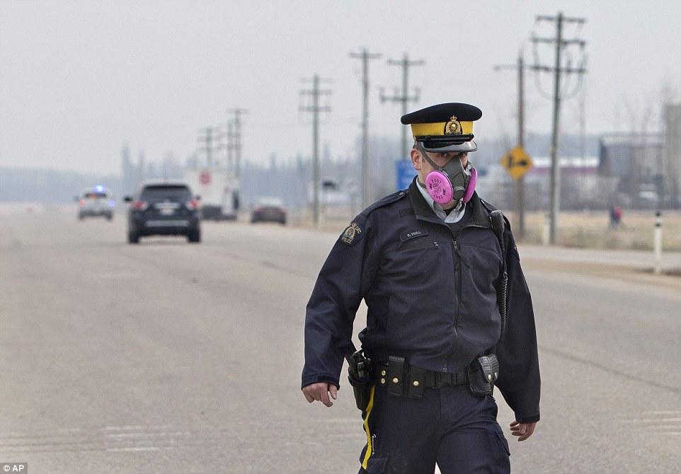 Khung cảnh kinh hoàng của một trong những vụ cháy rừng tồi tệ nhất trong lịch sử Canada - Ảnh 15.