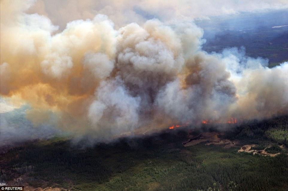 Khung cảnh kinh hoàng của một trong những vụ cháy rừng tồi tệ nhất trong lịch sử Canada - Ảnh 10.