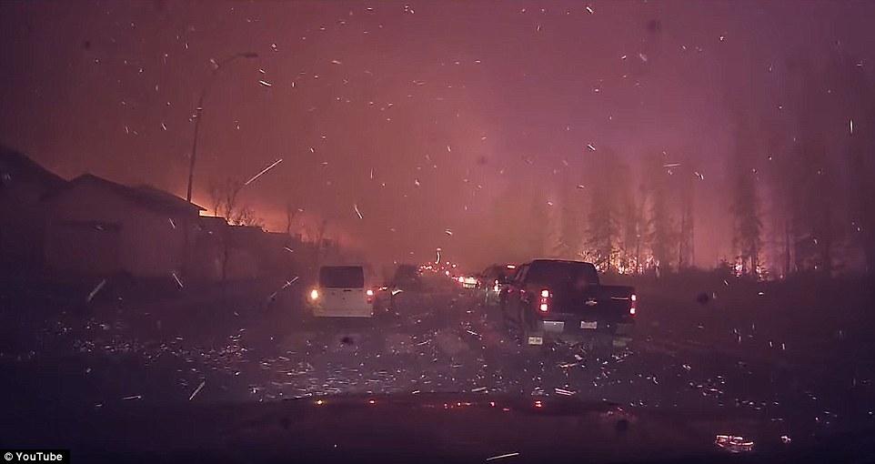 Khung cảnh kinh hoàng của một trong những vụ cháy rừng tồi tệ nhất trong lịch sử Canada - Ảnh 1.
