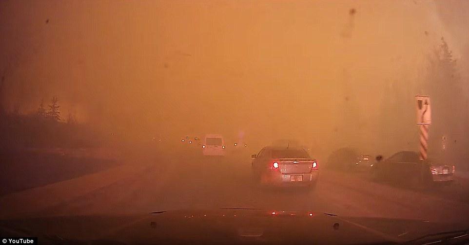 Khung cảnh kinh hoàng của một trong những vụ cháy rừng tồi tệ nhất trong lịch sử Canada - Ảnh 3.