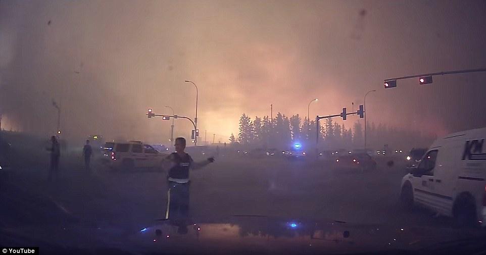 Khung cảnh kinh hoàng của một trong những vụ cháy rừng tồi tệ nhất trong lịch sử Canada - Ảnh 4.