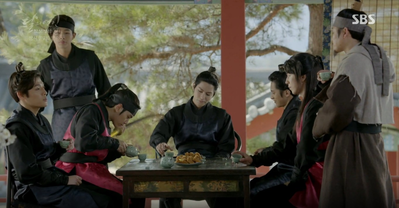 Moon Lovers: Lần đầu gặp gỡ, hoàng tử Lee Jun Ki làm anh hùng cứu mỹ nhân IU - Ảnh 24.