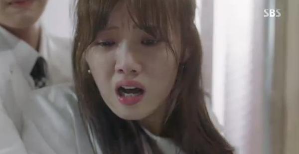 Doctors: Tức cảnh sinh tình, Kim Rae Won khóa môi Park Shin Hye dưới mưa - Ảnh 31.