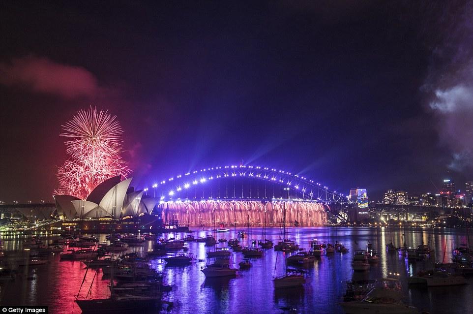 Chùm ảnh: Mãn nhãn với màn trình diễn pháo hoa rực rỡ năm mới 2017 tại Australia và New Zealand - Ảnh 1.