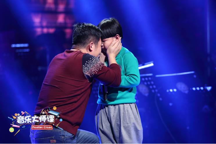Gặp gỡ cậu bé 7 tuổi từng hát tặng người cha nghiện smartphone khiến người dân Trung Quốc chấn động - Ảnh 5.