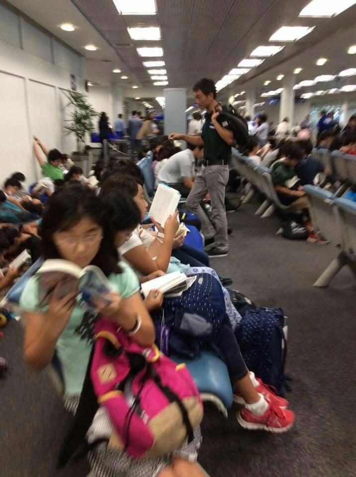 Thay vì cắm mặt vào smartphone, trẻ em Nhật lại chăm chú đọc sách khi đợi chờ ở sân bay - Ảnh 2.