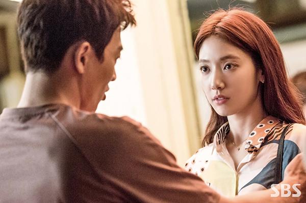 """""""Doctors"""": Park Shin Hye bị kẻ lạ tấn công bất thình lình tại bệnh viện - Ảnh 10."""