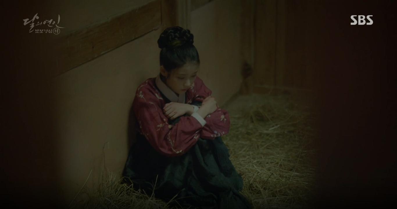 """Moon Lovers: """"Anh Tư"""" Lee Jun Ki tái hiện lại cảnh che mưa kinh điển trong Bộ Bộ Kinh Tâm! - Ảnh 5."""