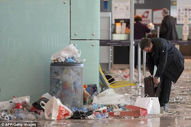Không thể tin được bãi rác này lại chính là sân bay ở Tây Ban Nha - Ảnh 7.