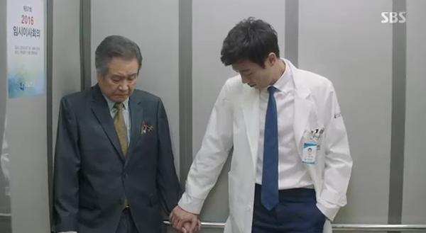 """""""Doctors"""": Yoon Kyun Sang bày tỏ tình cảm của mình với tình địch Kim Rae Won - Ảnh 31."""