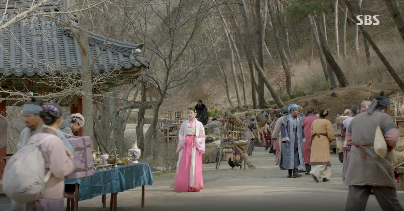 Moon Lovers: Lần đầu gặp gỡ, hoàng tử Lee Jun Ki làm anh hùng cứu mỹ nhân IU - Ảnh 26.