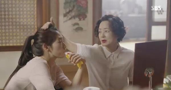 Doctors: Tức cảnh sinh tình, Kim Rae Won khóa môi Park Shin Hye dưới mưa - Ảnh 37.