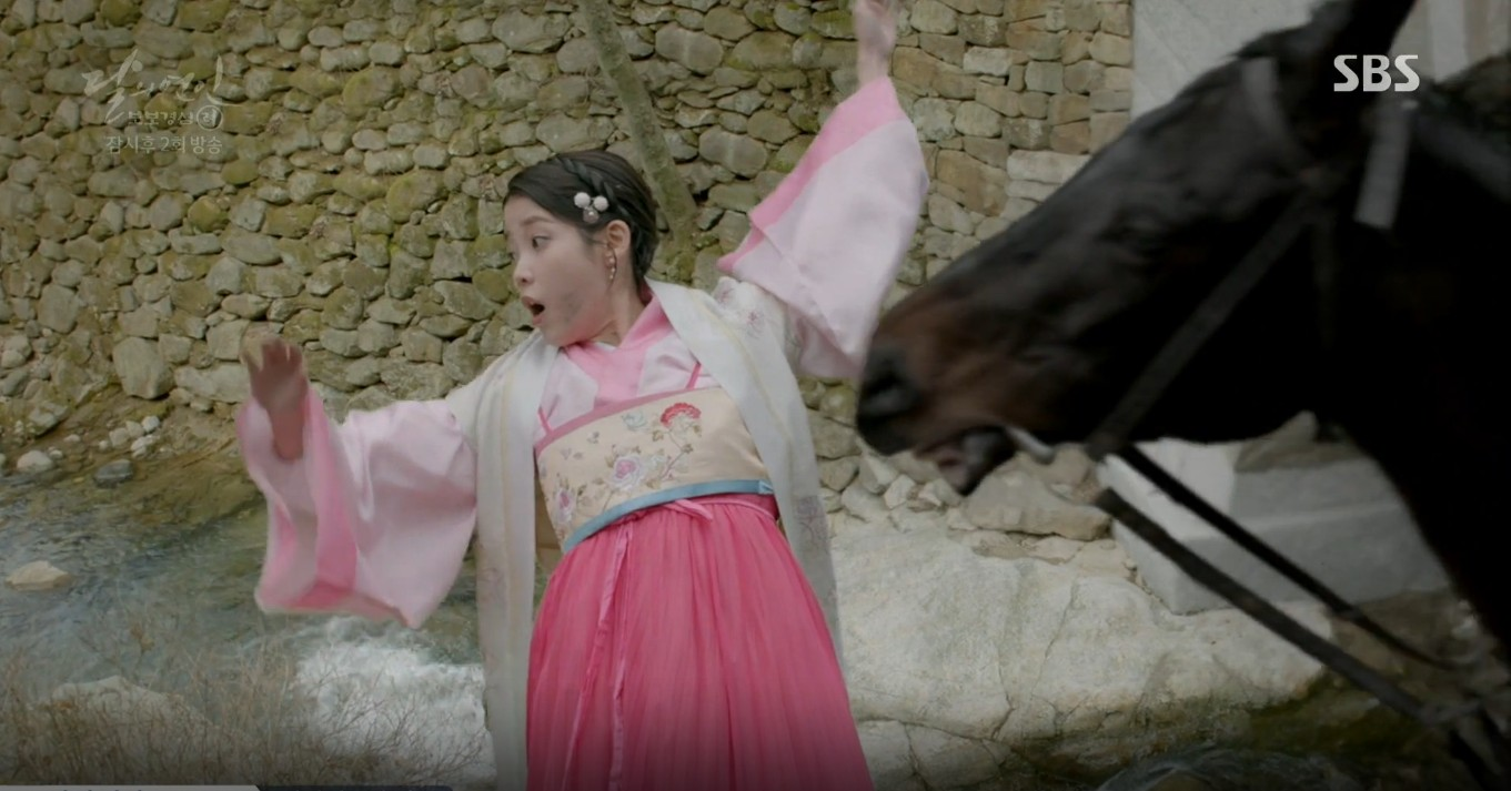 Moon Lovers: Lần đầu gặp gỡ, hoàng tử Lee Jun Ki làm anh hùng cứu mỹ nhân IU - Ảnh 27.