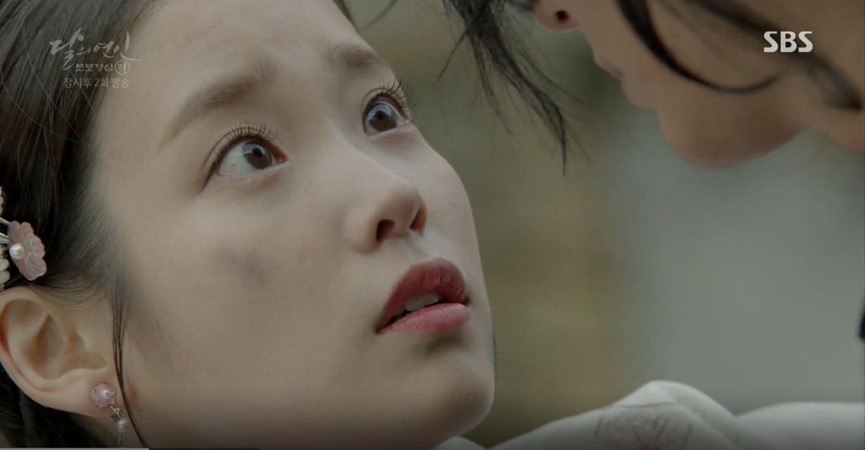 Moon Lovers: Lần đầu gặp gỡ, hoàng tử Lee Jun Ki làm anh hùng cứu mỹ nhân IU - Ảnh 28.