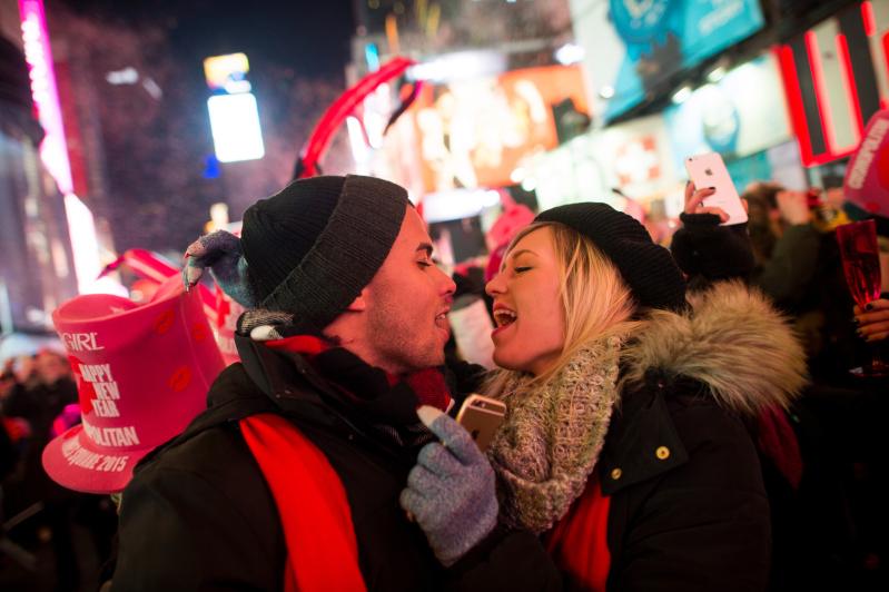 Hong Kong đón Năm mới với màn pháo hoa cực kỳ rực rỡ và ấn tượng - Ảnh 1.
