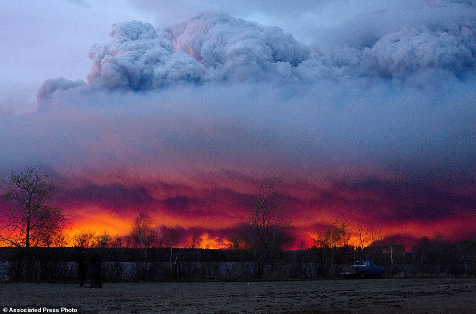 Khung cảnh kinh hoàng của một trong những vụ cháy rừng tồi tệ nhất trong lịch sử Canada - Ảnh 5.