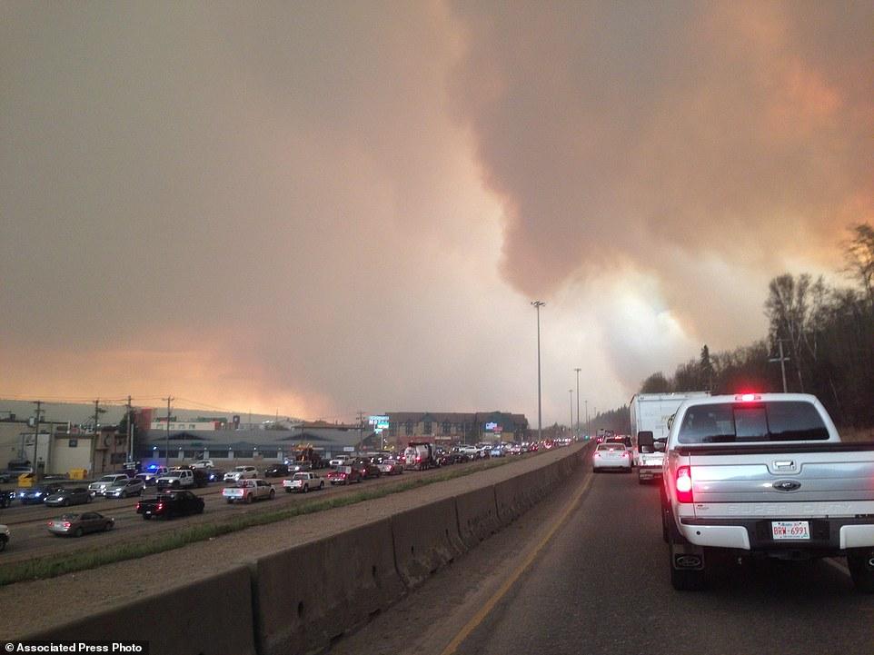 Khung cảnh kinh hoàng của một trong những vụ cháy rừng tồi tệ nhất trong lịch sử Canada - Ảnh 18.