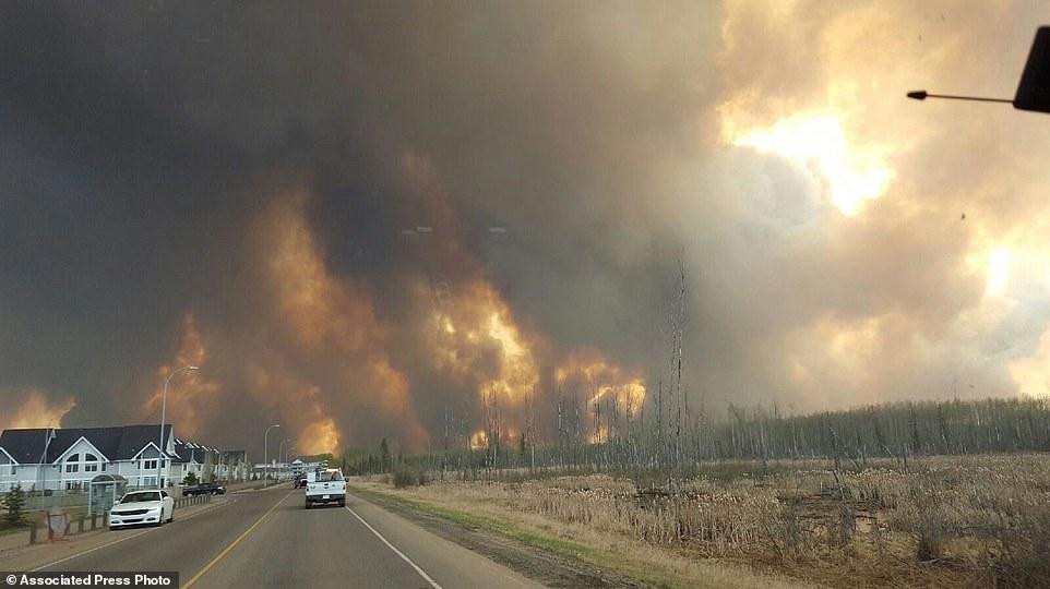 Khung cảnh kinh hoàng của một trong những vụ cháy rừng tồi tệ nhất trong lịch sử Canada - Ảnh 19.