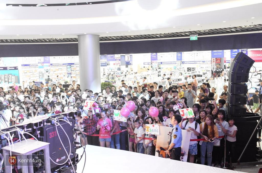365 khóc cùng fan trong buổi biểu diễn cuối cùng ở Hà Nội - Ảnh 30.