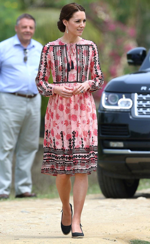 Công nương Kate chi hơn 1 tỉ VNĐ cho 17 bộ đồ trong tuần công du - Ảnh 14.