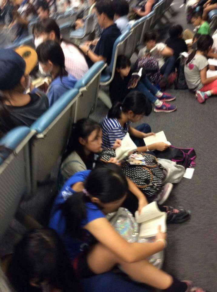 Thay vì cắm mặt vào smartphone, trẻ em Nhật lại chăm chú đọc sách khi đợi chờ ở sân bay - Ảnh 3.