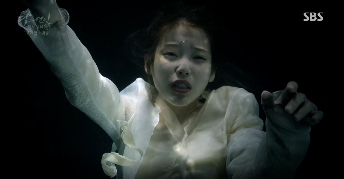 Moon Lovers: Lần đầu gặp gỡ, hoàng tử Lee Jun Ki làm anh hùng cứu mỹ nhân IU - Ảnh 4.
