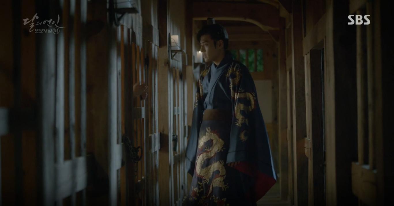 """Moon Lovers: """"Anh Tư"""" Lee Jun Ki tái hiện lại cảnh che mưa kinh điển trong Bộ Bộ Kinh Tâm! - Ảnh 6."""